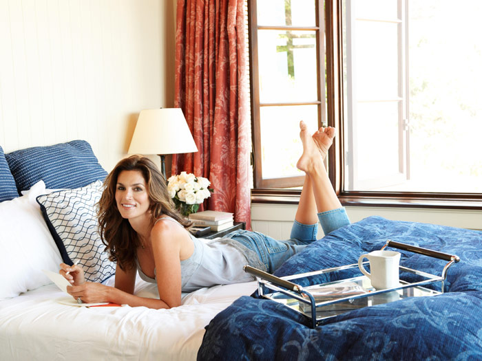 547efe9a9dfc8_-_cindy-crawford-relaxing-0909-msc